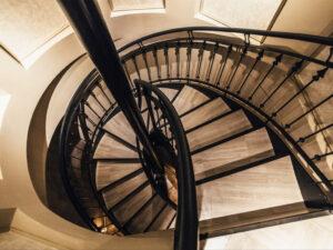 西麻布の会員制ラウンジ、センサー(SENSOR)の階段