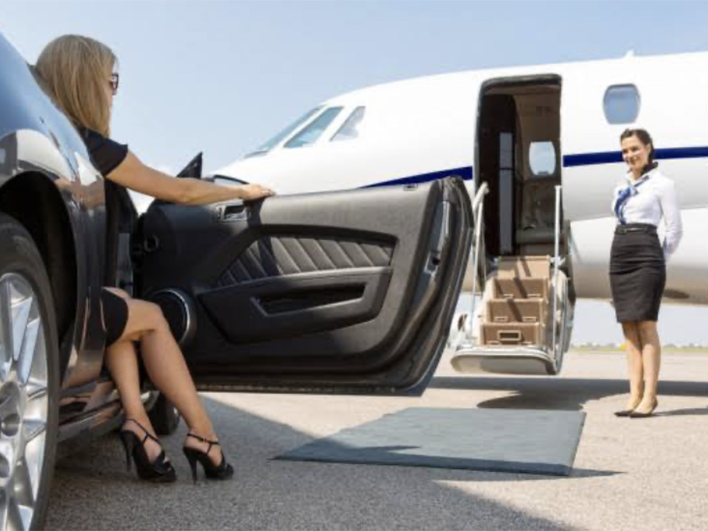 プライベートジェットで旅行する富裕層