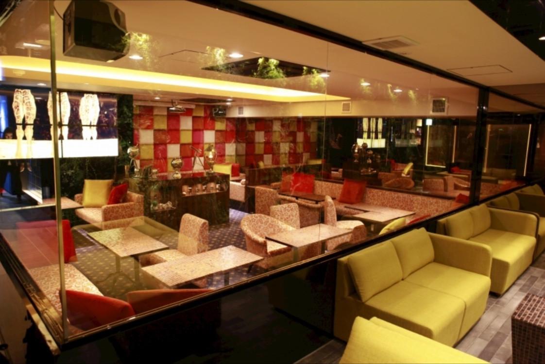 銀座のカフェラウンジ、ジラフ(giraffe)の店内画像