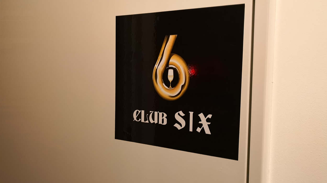 銀座の会員制ラウンジ、クラブシックスの看板